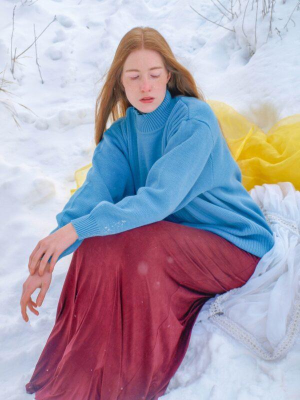 Hladký modrý vlněný svetr se stojáčkem