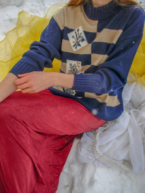 Modrobéžový vlněný pruhovaný svetr s květinovou aplikací