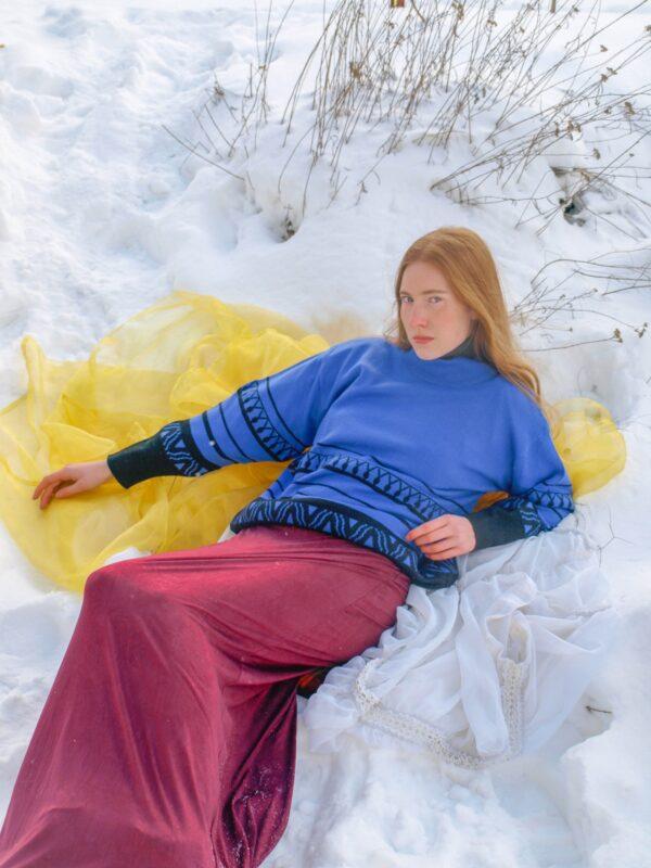 Fialovočerný vlněný svetr s ornamenty