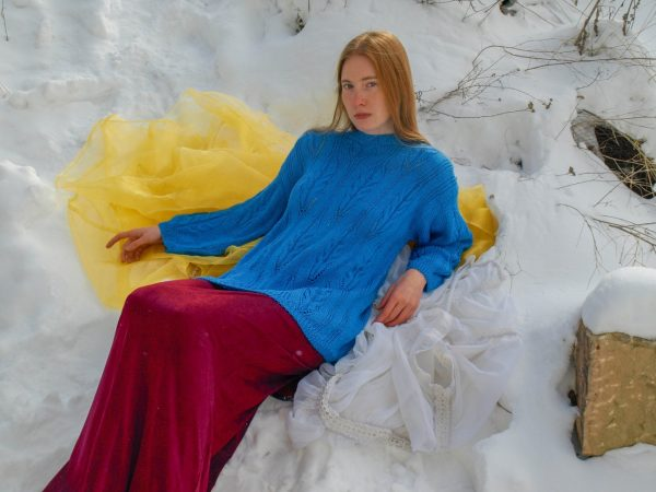 Modrý pletený svetr se vzorem