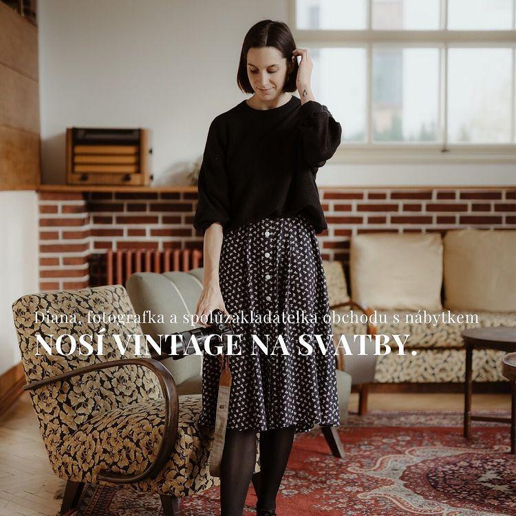 Dia Dušková, fotografka a spoluzakladatelka obchodu s nábytkem Teak Peak Store, nosí vintage oblečení do ateliéru a na svatby.